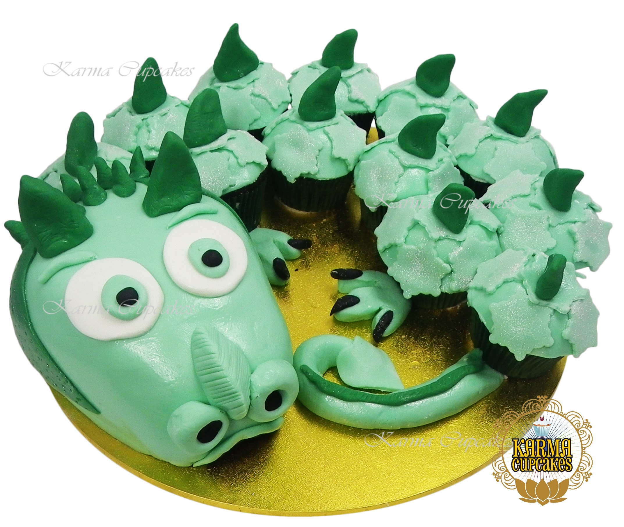 Dragon Cake with cupcakes